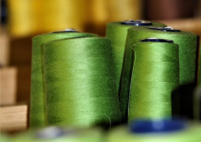 Szpule zielonych nici